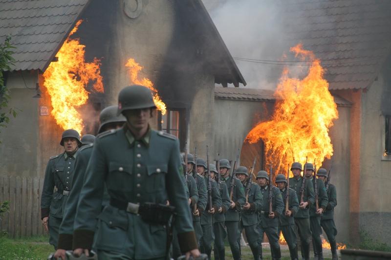 Vypálení Lidic - Vojáci zapalují domy v Lidicích