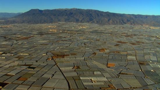 """Home 11 © """"HOME"""" – an ELZEVIR FILMS – EUROPACORP coproduction Skleníky v San Augustin blízko Almeria, Andalusie, Španělsko (36°42' N - 2°44' W)."""