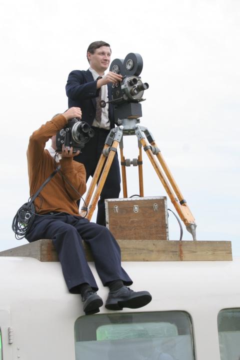 Natáčení rekonstrukce tryzny z roku 1945 - doboví kameramani