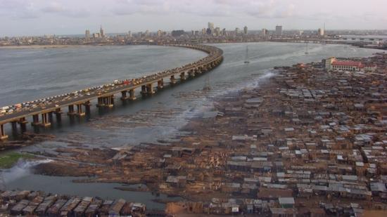 "Home 15 © ""HOME"" – an ELZEVIR FILMS – EUROPACORP coproduction Slumy v Makoko naproti Lagos Island, Lagos, Nigérie (6°30' N - 3°24' E)."