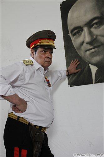 Sándor Oszter pred portrétom Mátyása Rákosiho