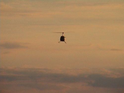 Takto romanticky se vrtulník za soumraku vracel.