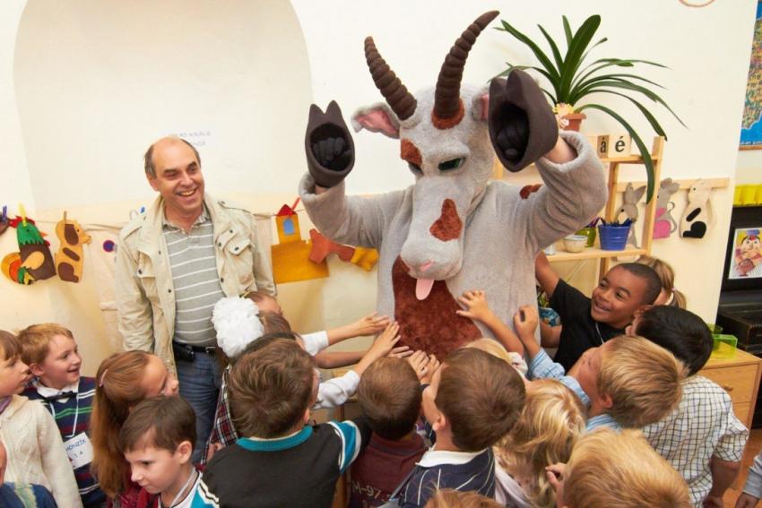 Koza vítala prvňáky ve škole - děti lechtali Kozu, Táborského ne.
