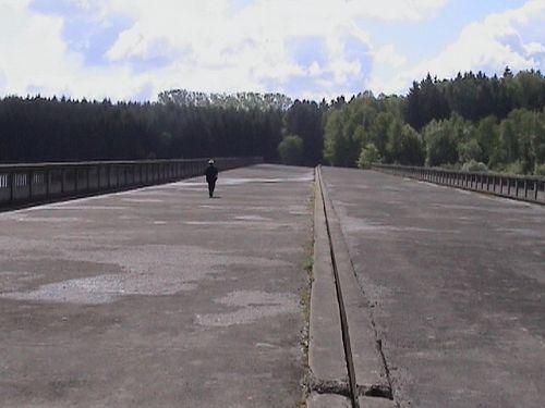 Nikdy nedokončený most přes Želivu a Luděk Munzar na něm. Místo zmaru, kde na vás padne deprese i za nejslunečnějšího dne.