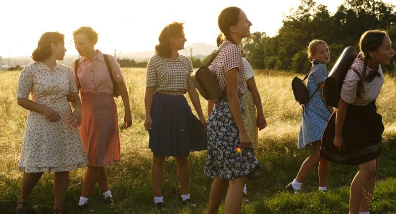 Natáčení v okolí Chcebuze - mladé lidické dívky se vrací ze školy