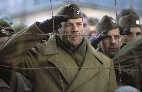 Bruce Willis a v pozadí čeští komparzisté...