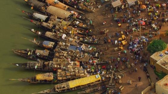 """Home 06 © """"HOME"""" – an ELZEVIR FILMS – EUROPACORP coproduction Lodě vpřístavu Mopti na řece Niger, Mali (14°30'N - 4°12'W)."""