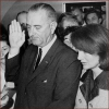 Lyndon B. Johnson a Jacqueline Kennedy. Johnson skladá prezidentský sľub na palube lietadla pri prevoze zastreleného J.F.K. do Washingtonu
