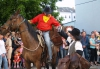 Starý kovboj rozdává brašny s filmem. Westernový průvod, pony express a koňokino.