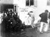 Výstavní párkař a lepič plakátů (1898)