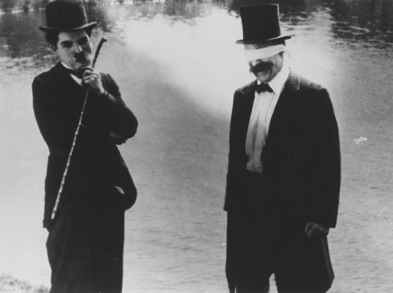 Chaplin dokonalou dámou (1915)