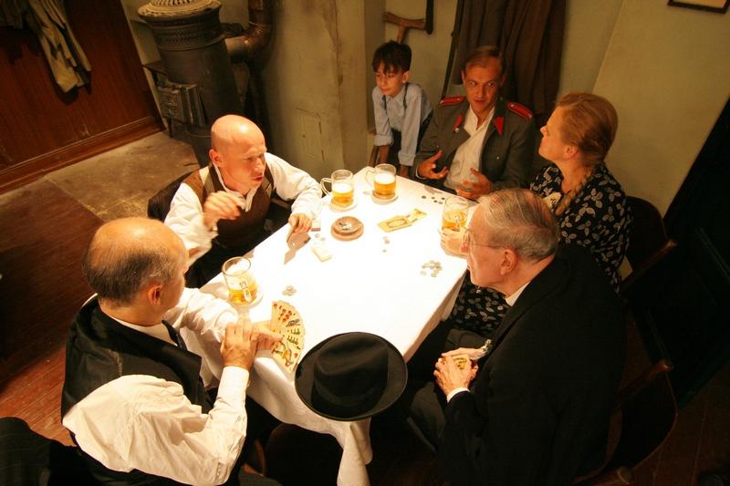 Lidická svatba Jaruš a Fialy - chlapi hrají karty