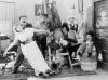Chaplin lepičem tapet (1915)