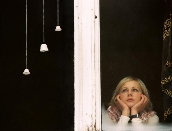 Pod jejím oknem (2003)