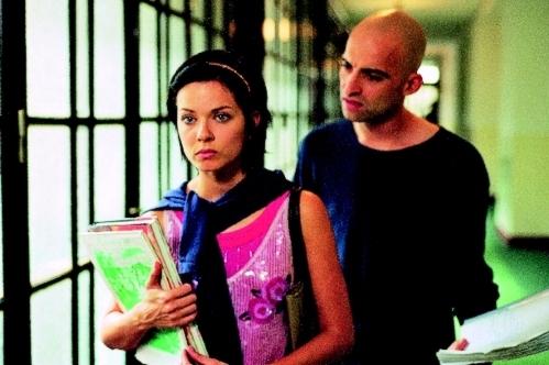 O dvě slabiky pozadu (2004)
