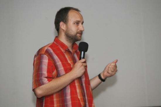 Režisér a výtvarník Jan Tománek diskutuje s prvními diváky Kozího příběhu