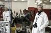 Tomáš Sysel v továrně na prezervativy při přípravě na další záběr