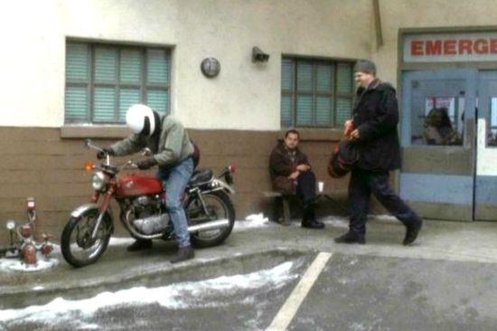 Anthony Edwards ( na motorce) + Abraham Benrubi
