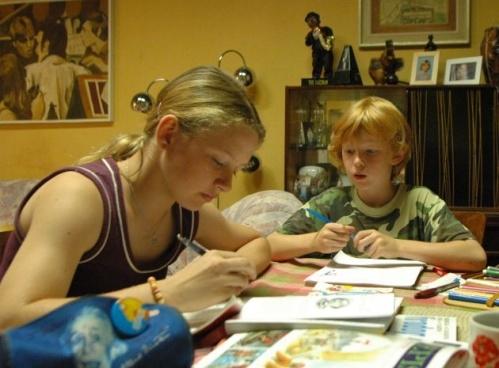 Lucina a Kuba se učí u babičky