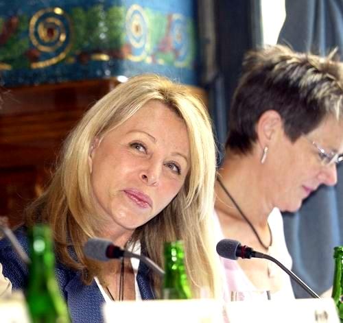 Anna Sheppard na tiskové konferenci při světové premiéře v Praze