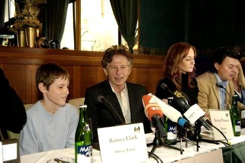 Barney Clark, Roman Polanski, Leanne Rowe a Jamie Foreman na tiskové konferenci při světové premiéře v Praze
