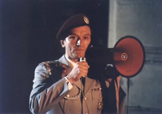 Válka ve třetím poschodí (2000) [TV film]