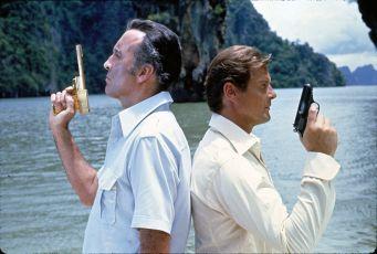 Muž se zlatou zbraní (1974)