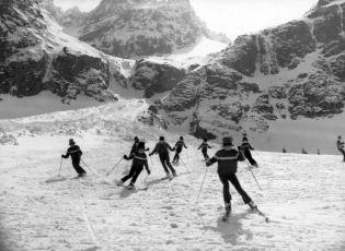 Záverečná scéna  lyžiari a herci Karneval na snehu