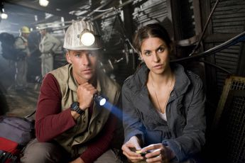 Ztraceni v hlubinách / Kráter pod městem (2008) [TV film]