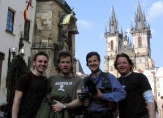 Část týmu LWR na Staroměstském náměstí v Praze: James Simak, Ewan McGregor, Claudio von Planta, Charley Boorman