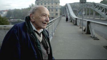 Pavel Reisz (bratr Karla Reisze) na mostě Miloše Sýkory v Ostravě při natáčení dokumentárního filmu Karel Reisz.