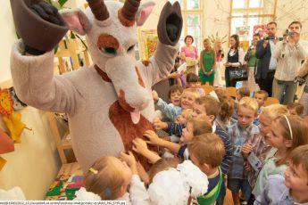 Koza vítala prvňáky ve škole.