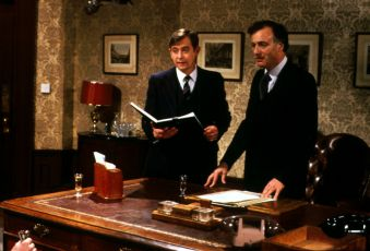 Derek Fowlds a Paul Eddington