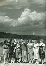 Tizenhárom kislány mosolyog az égre (1938)
