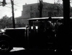 Karel Hašler (vystupuje z auta)