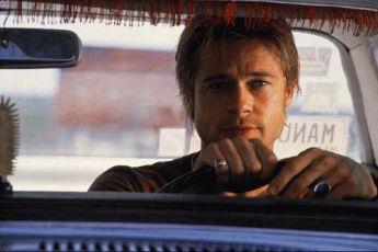 Brad Pitt za volantem.