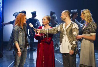 Snídaně s Novou na cestách vysílala z divadelního mola muzikálu Lucrezia Borgia