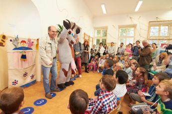 Koza vítala prvňáky ve škole - Táborský a Koza vítají děti ve škole.