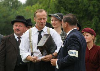 Natáčení rekonstrukce tryzny z roku 1945 - František Šíma přinesl krabici s dopisy a plánky Lidic - Karel Roden