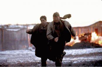 Bruce Willis a Colin Farrell utíkají před výbuchem.
