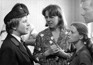 Všichni musí být v pyžamu (1985)