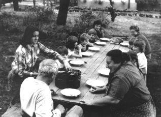 v popredí stola Veronika Lučeničová – Rudolf Mahria –Helena Rúžičková, posledný za stolom v ľavo Miroslav Noga