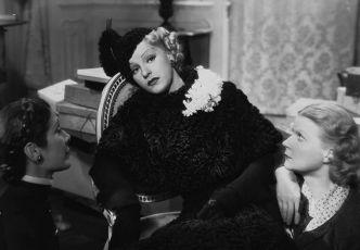 Dressed to Thrill (1935)