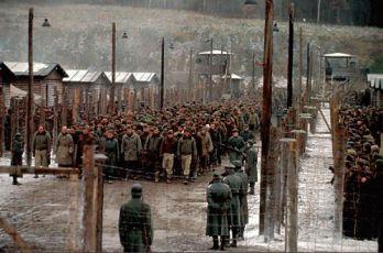 Zhruba 3500 českých komparzisů v koncentračním táboře.