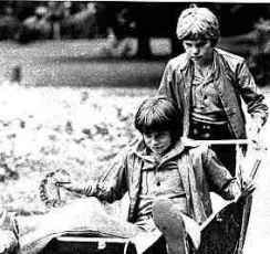 Neohlížej se, jde za námi kůň (1979)