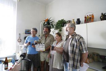 První klapka filmu. Zleva: Jaroslav Šmíd, režisér Zdeněk Troška, Jitka Smutná a Oldřich Navrátil