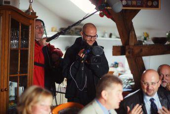 Režisér Tomáš Kudrna (vpravo s kamerou) a zvukař Daniel Němec