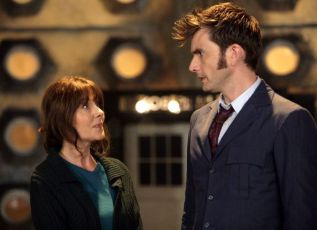 Elisabeth Sladen jako Sarah Jane a  David Tennant jako Desátý Doktor