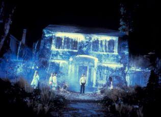 dům na  Elm Street + zpívající děti