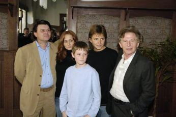 Jamie Foreman, Leanne Rowe, Barney Clark, Harry Eden a Roman Polanski na tiskové konferenci při světové premiéře v Praze